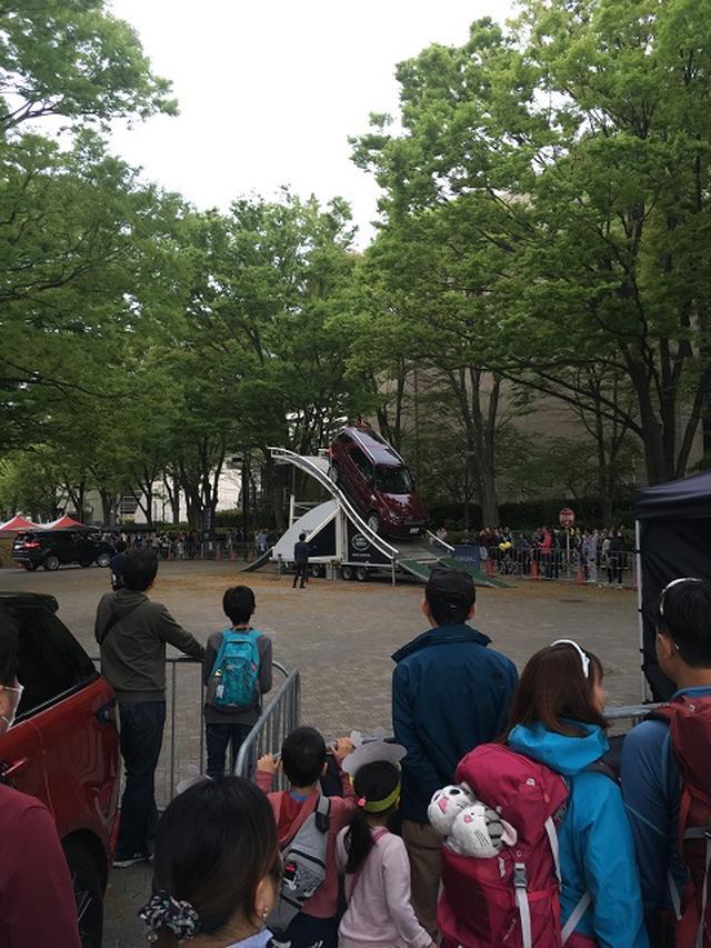 画像: 三菱自動車の激しい坂道体験