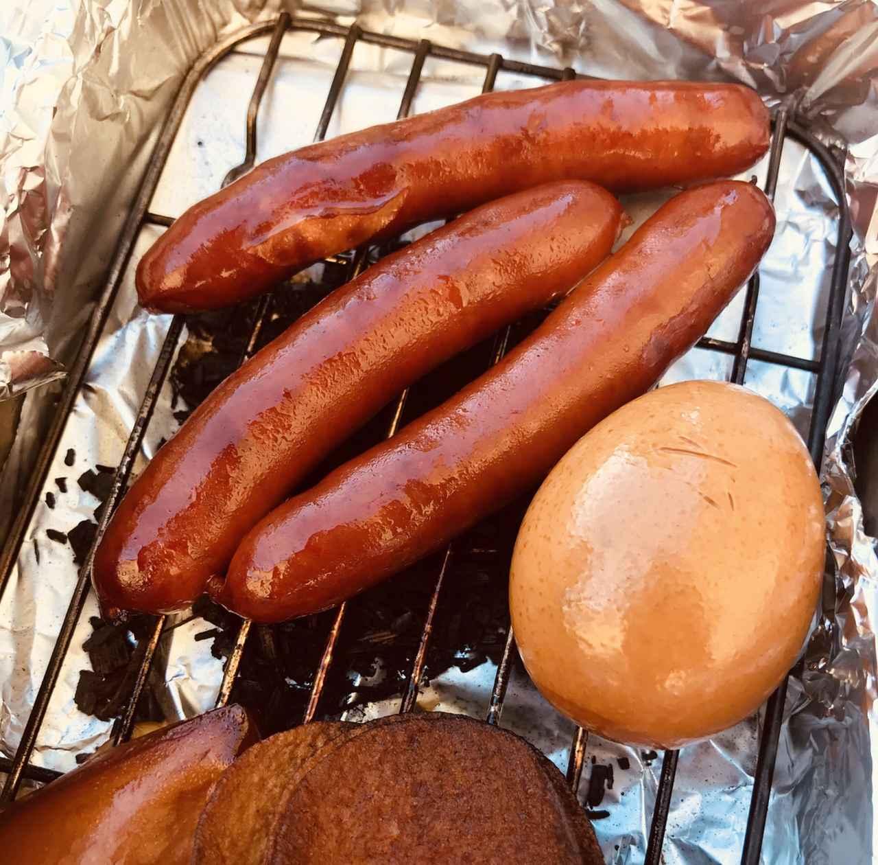 画像: できあがった燻製を食べてみよう!