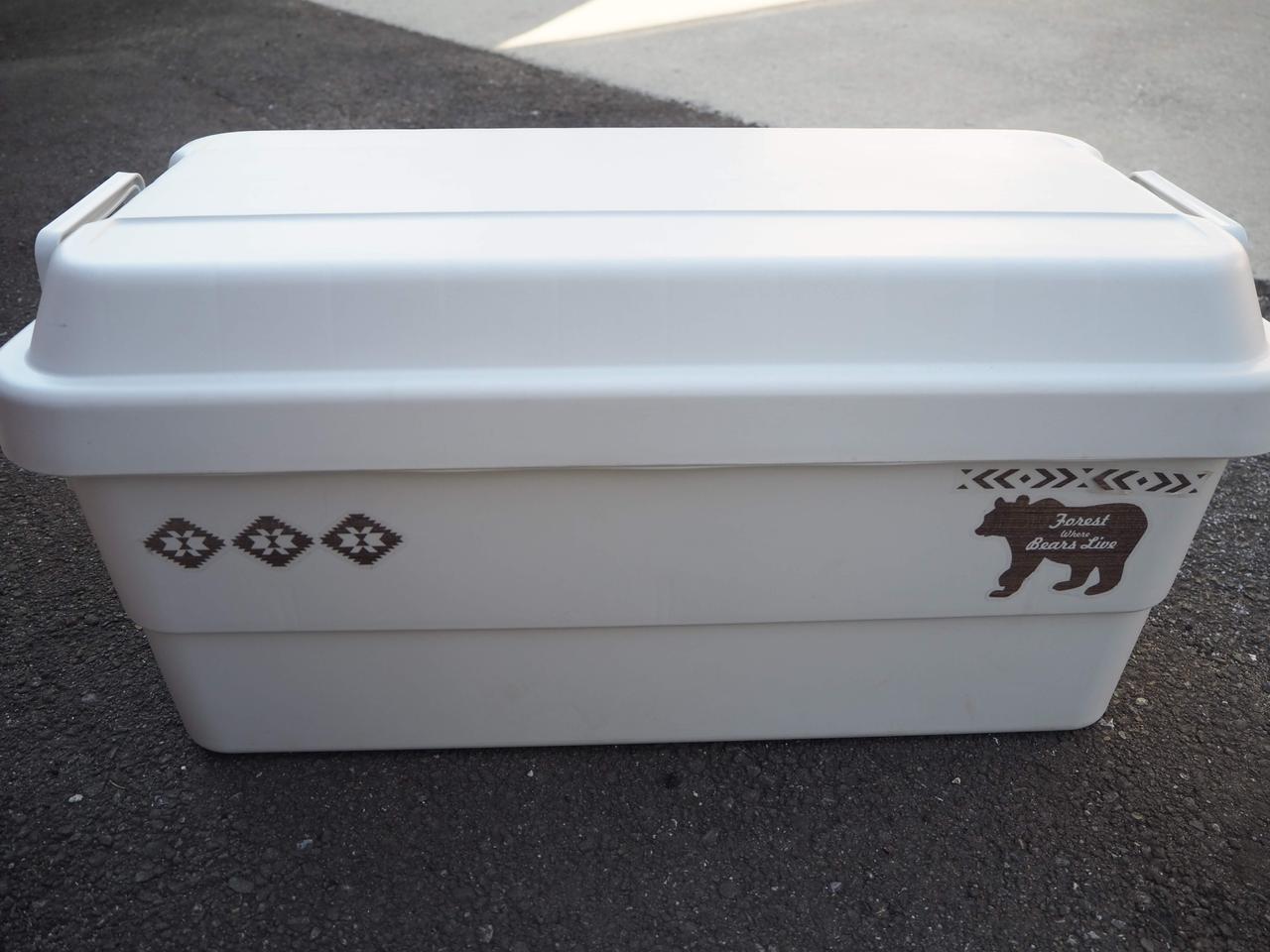画像: 無印良品 『PP頑丈収納ボックス・特大』 外寸:約幅78×奥行39×高さ37cm / 重量:約3.9㎏ / 耐荷重:ふた約100㎏、収納部20㎏ / 積み重ね段数:2段 お気に入りのステッカーを張りました。