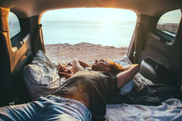 画像: 車中泊ならテントを張る必要がなく手間がかからない 広い車内空間かつ経済的な車でキャンプへ行こう