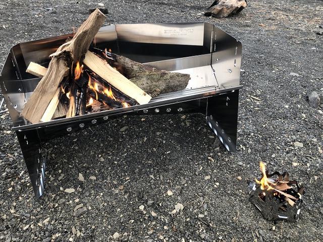 画像: 左はユニフレームの薪グリルラージ、右下はSOTOのミニ焚き火台ヘキサ