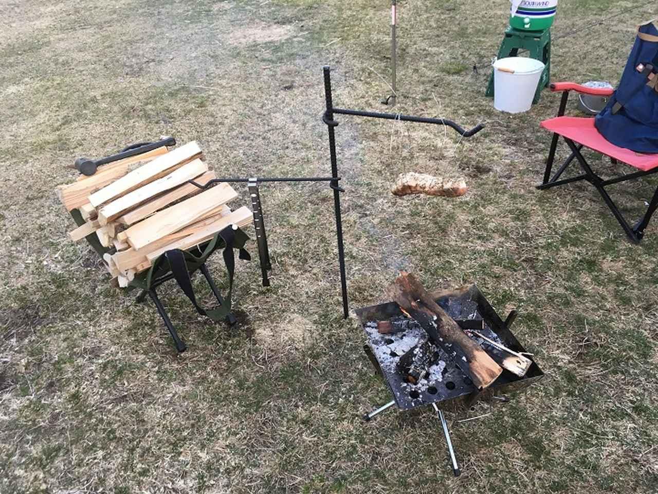 画像: ひたすら肉を煙で燻す風景