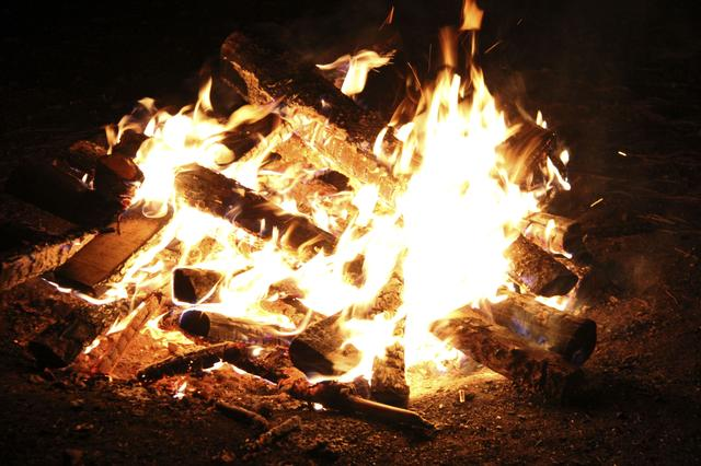画像: 焚き火やBBQの臭い対策は必須! 衣類消臭スプレーをキャンプに持っていくのがおすすめ