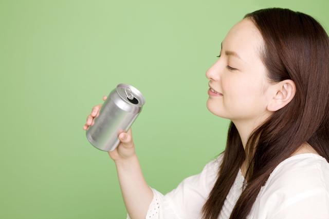画像: 自作アルコールストーブの材料はハサミで切れるアルミ缶 表面の印刷部分をヤスリで磨いて美しく加工