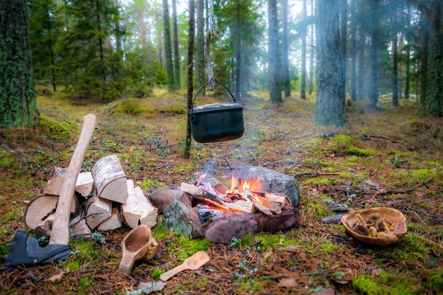 画像: ブッシュクラフトの基本は、電気やガスに頼らずに自然の素材を活用すること