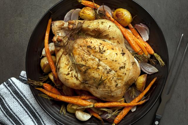 画像: ポイントは全ての食材を入れ長い時間の加熱。チキンのエキスがしみ込んで極ウマ&豪華!