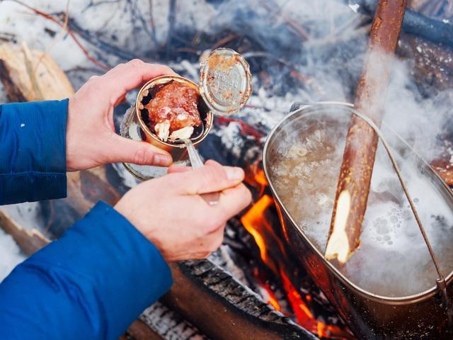 画像: ソロキャンプは荷物を最小限に 調理道具いらずの缶詰おかずがおすすめ