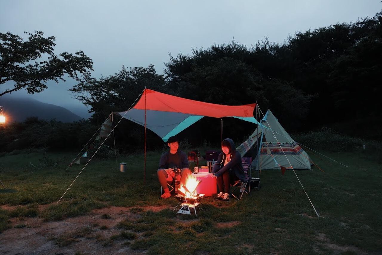 画像: 肌寒い夜、焚き火しながら話すの楽しいですよ。 futaricampguide.com