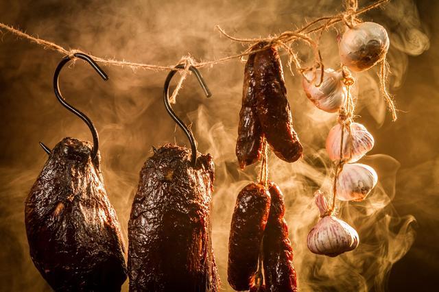 画像: 熱燻はすぐに調理でき深い味わいや香りを楽しめる 温燻は下拵えが重要