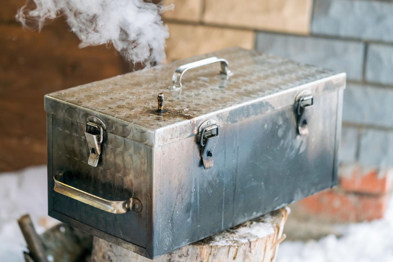 """画像: キャンプに向きの燻煙は""""熱燻""""と""""温燻""""/燻煙材には""""スモークチップ""""と""""スモークウッド""""がある"""