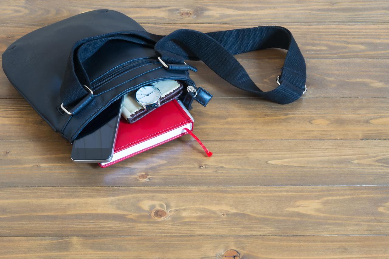 画像: サコッシュにさっと持ち物を詰め込んで、アウトドアファッションもワンランクアップ!