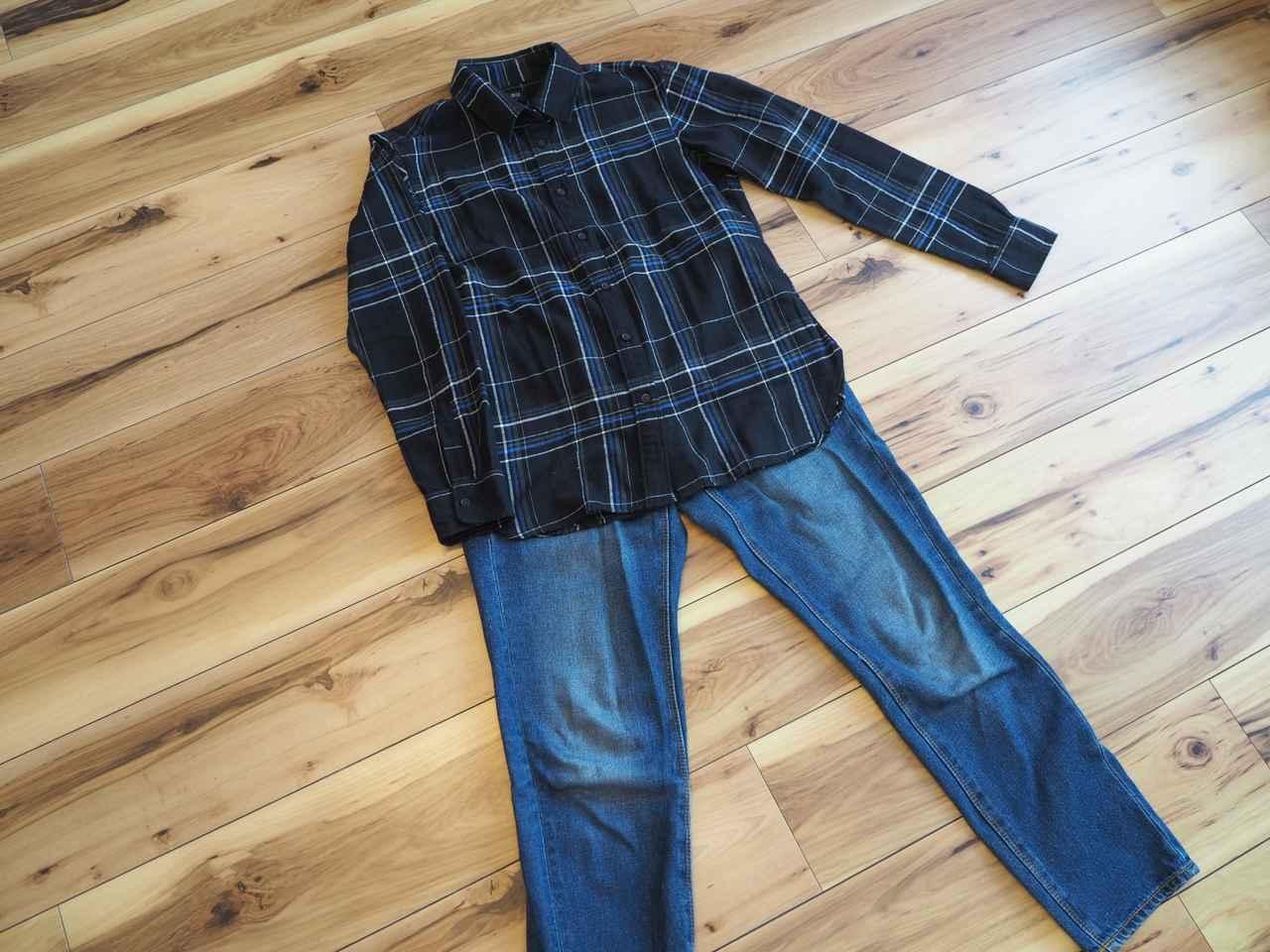 画像: フランネルチェックシャツ:ユニクロ / デニムパンツ :GU(画像:筆者撮影) ちょっと厚地素材のシャツが肌寒い時に助かります。