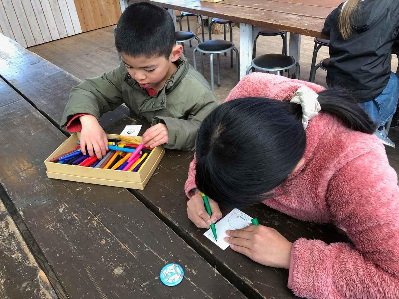 画像: 子供たちも夢中のバッジ作り 画像:筆者撮影