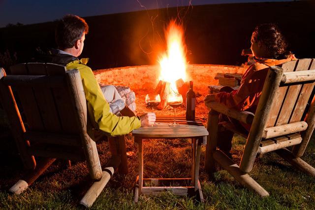 画像: 天然素材や難燃性素材の焚き火用アウター(ウェア)を活用しよう 引火や火の粉で穴が開くことを防ぐ