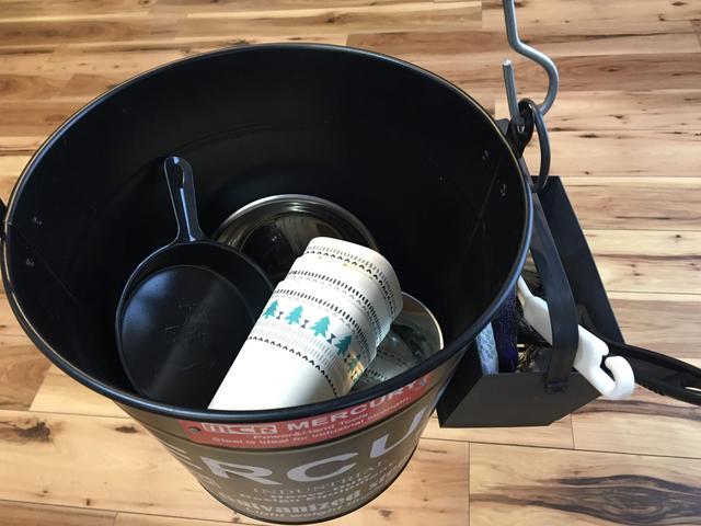 画像: 「洗い物セット」のフックをバケツにぶら下げて洗い物へ行っています (画像:筆者撮影)