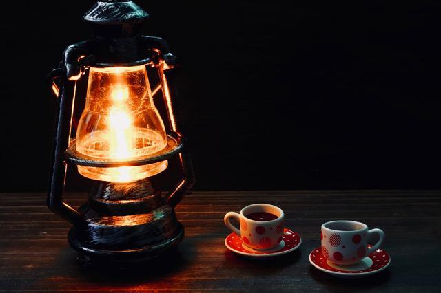 画像: オイルランタンは雨風でも消えない! 温かな光がキャンプの夜を包み込む
