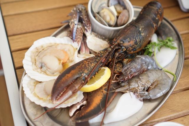 画像: ロブスター、海老、アサリ、ホタテとなんて豪華なBBQ食材。
