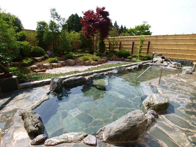 画像: 和風のお庭が風流な、広い露天風呂。