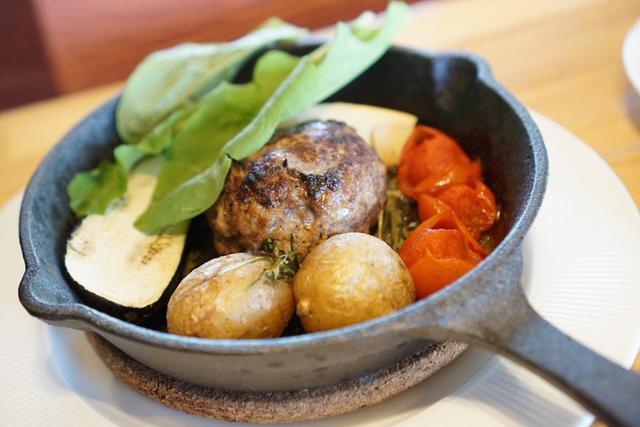 画像: スキレットで登場するハンバーグ。ご飯、サラダも付きます。