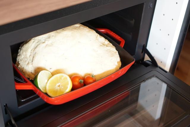画像: 豪快な丸鶏の塩釜焼ができるのも、オーブンがあるからこそ。
