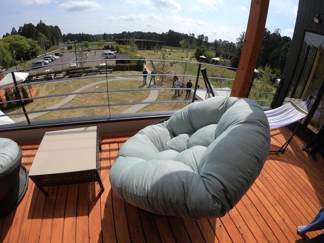 画像: 体全体を包み込んでくれるソファ。
