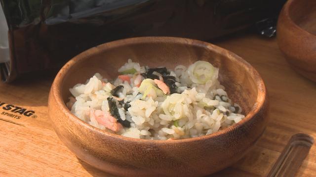 画像: コンビニおにぎり雑炊、完成です。木の食器はご家庭でも使っているそうです。