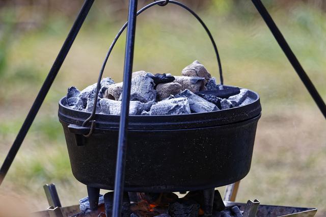 画像: 万能鍋でキャンプの料理の幅を広げよう! ニトリやロゴスのダッチオーブンが初心者におすすめ