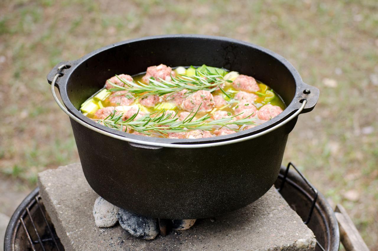画像: ダッチオーブンは、蓋に炭火を載せられる万能鍋 保温性と密閉性に優れているため、料理の幅が広がる