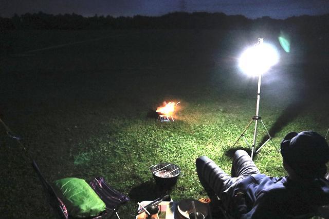 画像: 真っ暗でもそれなりに照らしてくれます futaricampguide.com