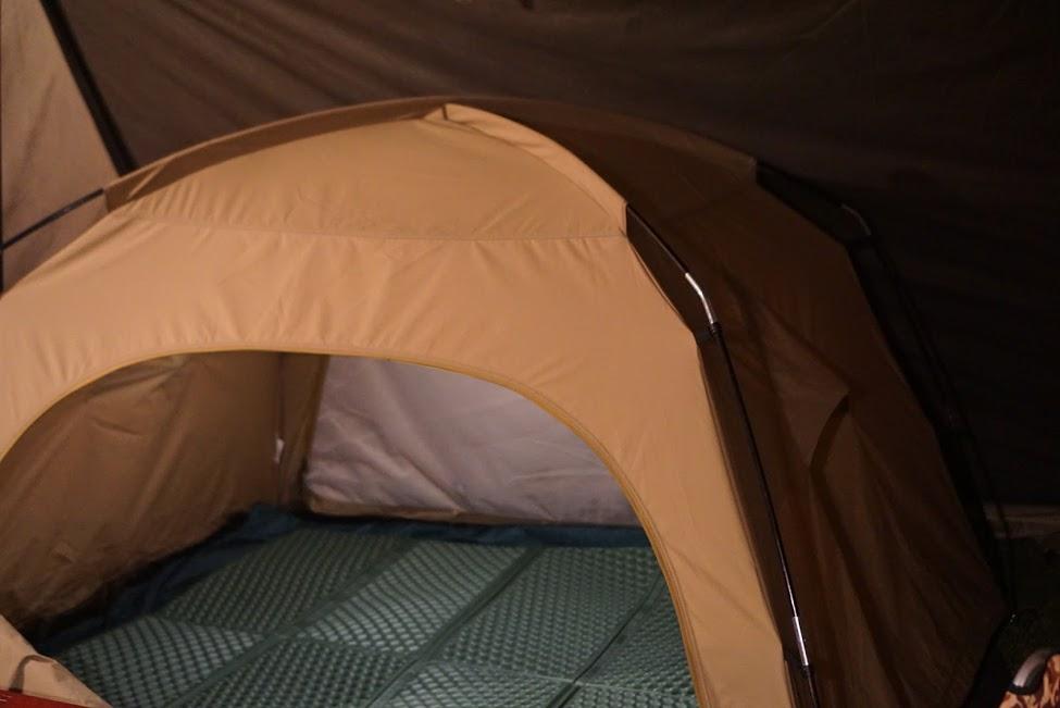 画像: 小さなテントにも収まりやすいキャンピングマット 筆者撮影