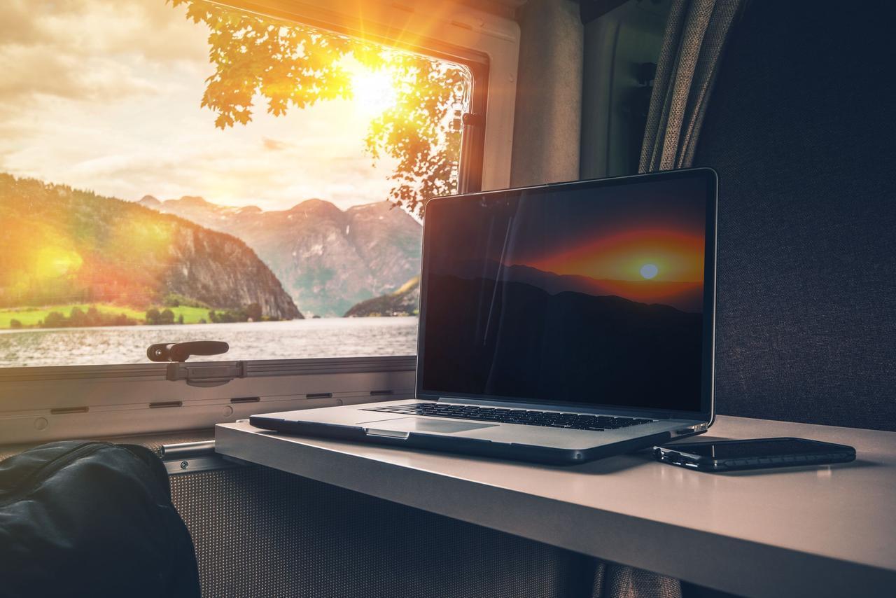 画像: キャンプノマドにうってつけの移動できるオフィスにする