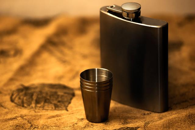 画像: チタン製のスキットルは金属特有のニオイがアルコールに移らない!