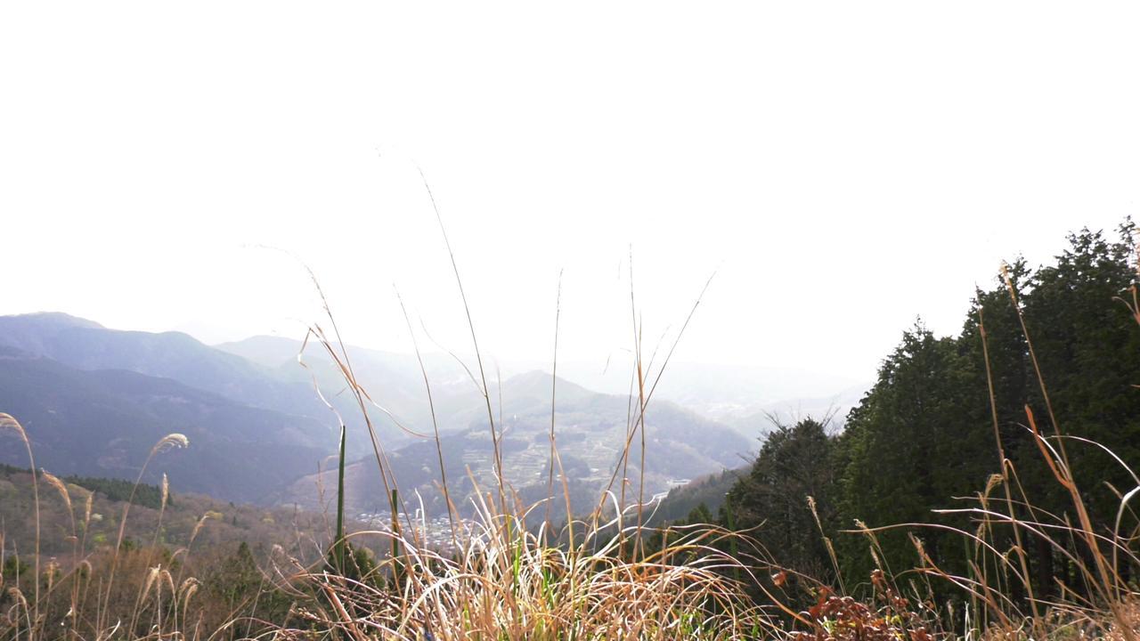 画像: ロケの日は曇ってて富士山見えなかったけど…。それでも、開けた視界は爽快! 『頂上めし』#1放送場面より