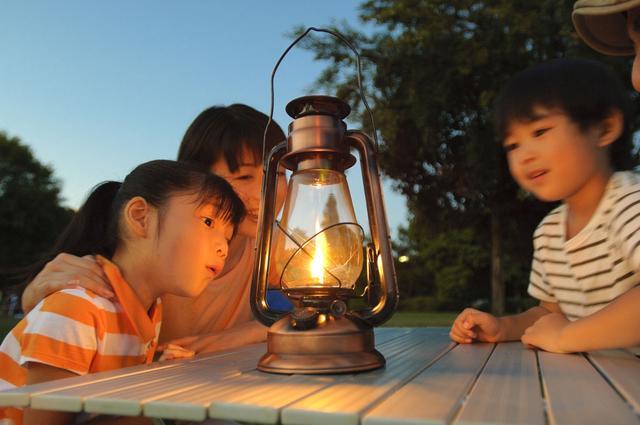 画像: 子供と一緒に簡単にできる! オイルランタンの使い方は、火屋をかぶせて火力を調節するだけ
