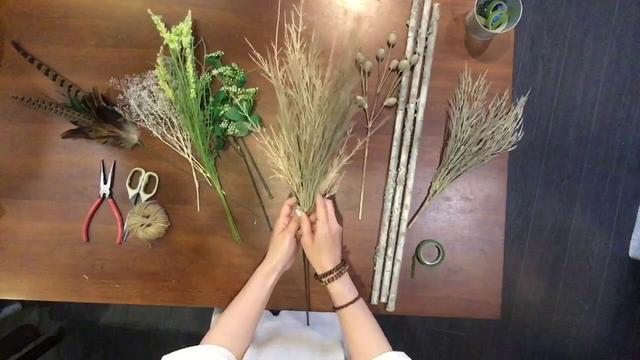画像: 【キャンプDIY】キャンプで使えるスワッグを造花で作ってみた。 www.youtube.com