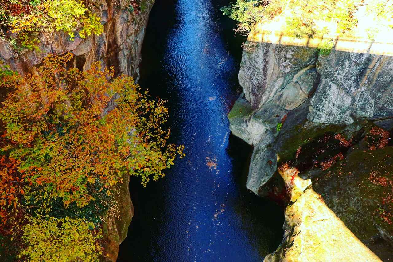 画像: 紅葉が美しい! 車で15分の美しい岩肌の峡谷・磊々峡