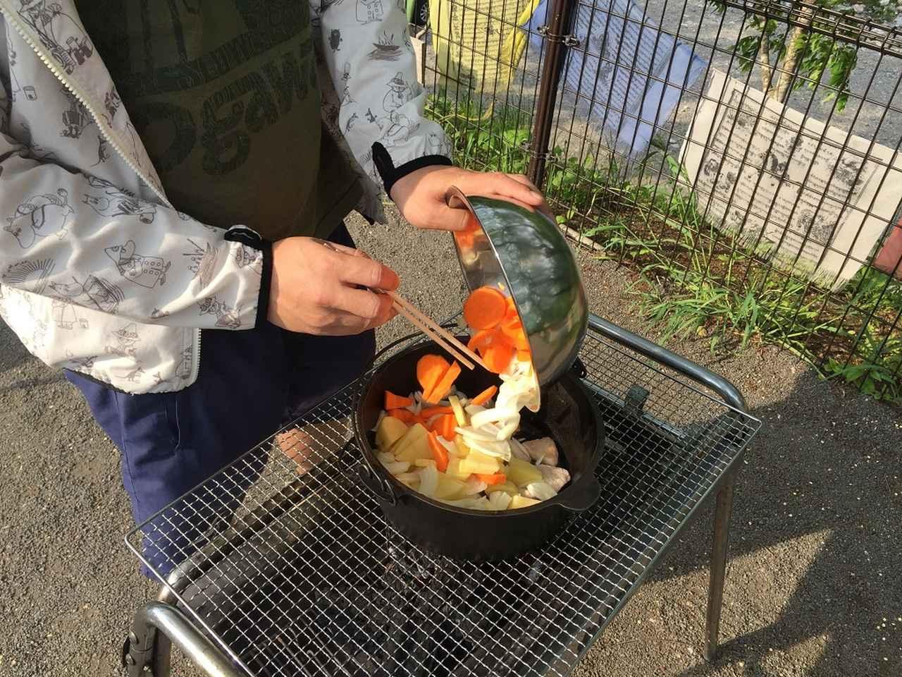 画像: 筆者撮影 ※野菜と肉、全ての食材をダッチオーブンに入れます