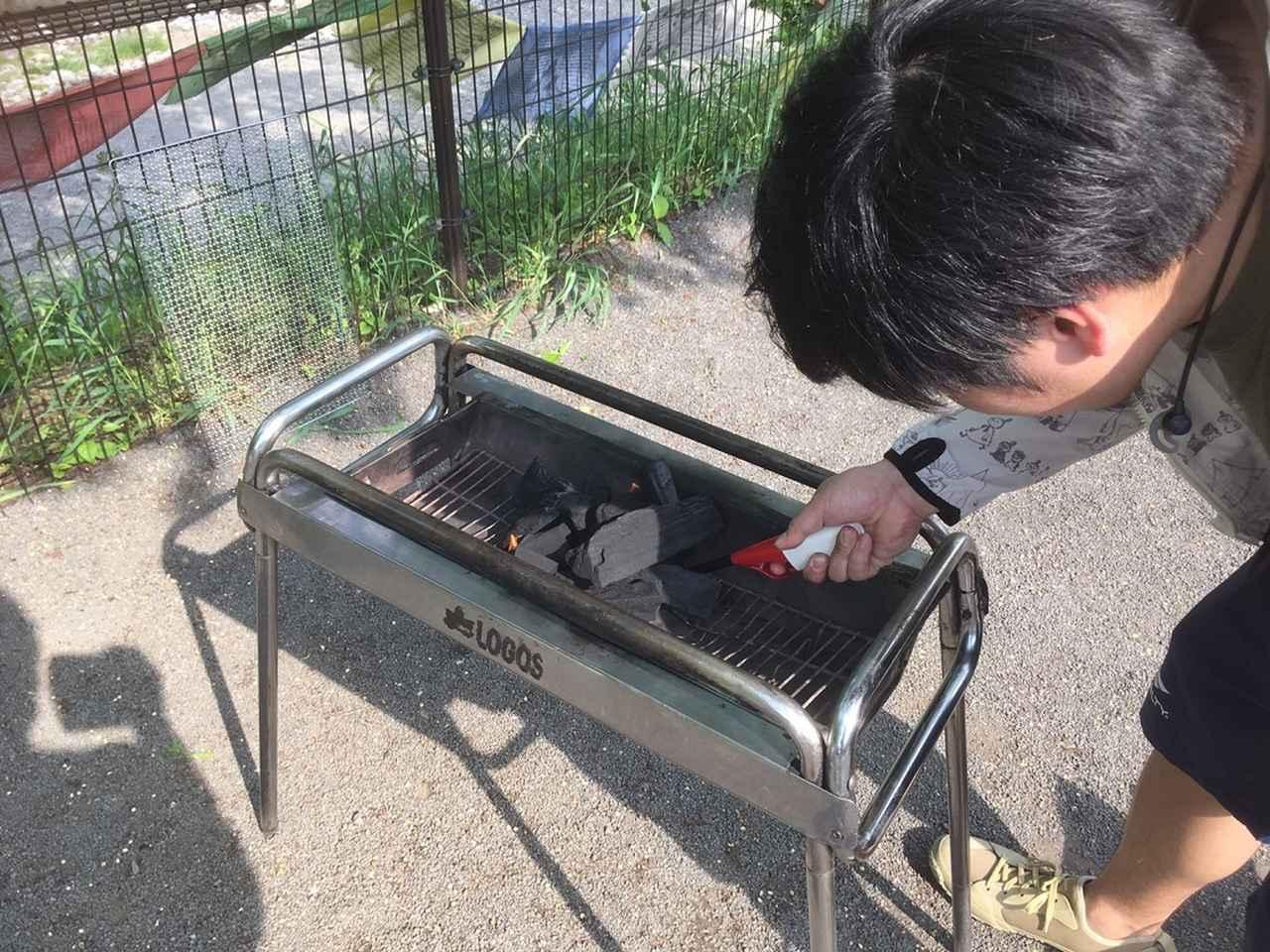 画像: 筆者撮影 ※炭の下に着火材を置いて火をつける