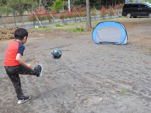 画像: ポップアップタイプのサッカーゴールを持参しました。(画像:筆者撮影)