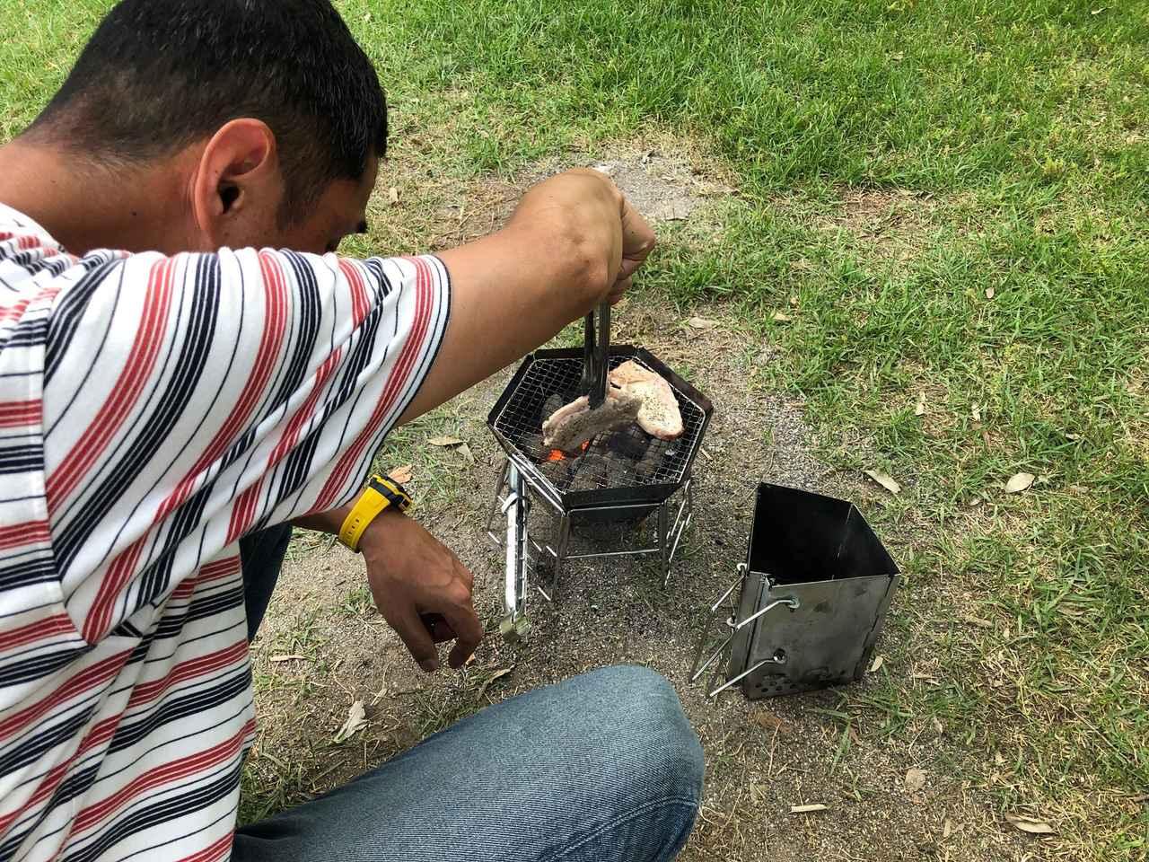 画像: 筆者撮影:バーベキューコンロで炭火焼!火起こし器も使用。