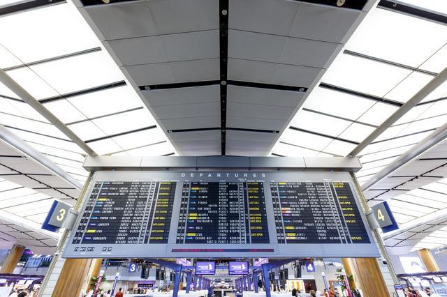 画像1: https://jp.123rf.com/ ※チャンギ国際空港