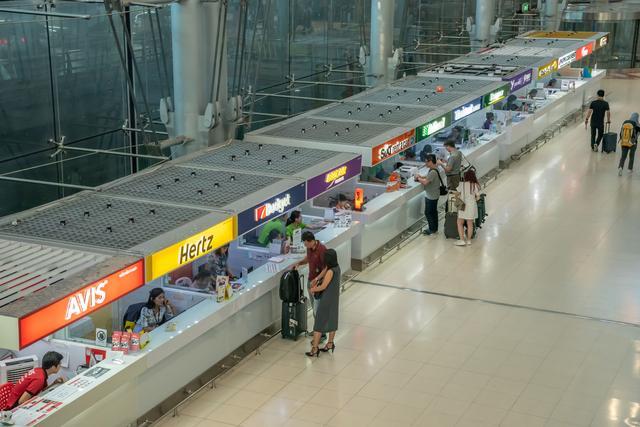 画像: https://jp.123rf.com/ ※スワンナプーム国際空港・レンタカーデスク