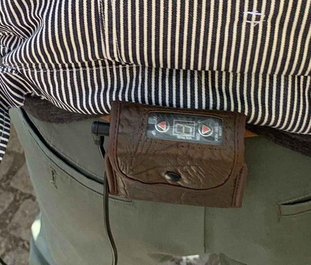 画像: 筆者撮影 ※バッテリーをケースに入れてベルトループに引っ掛けられます