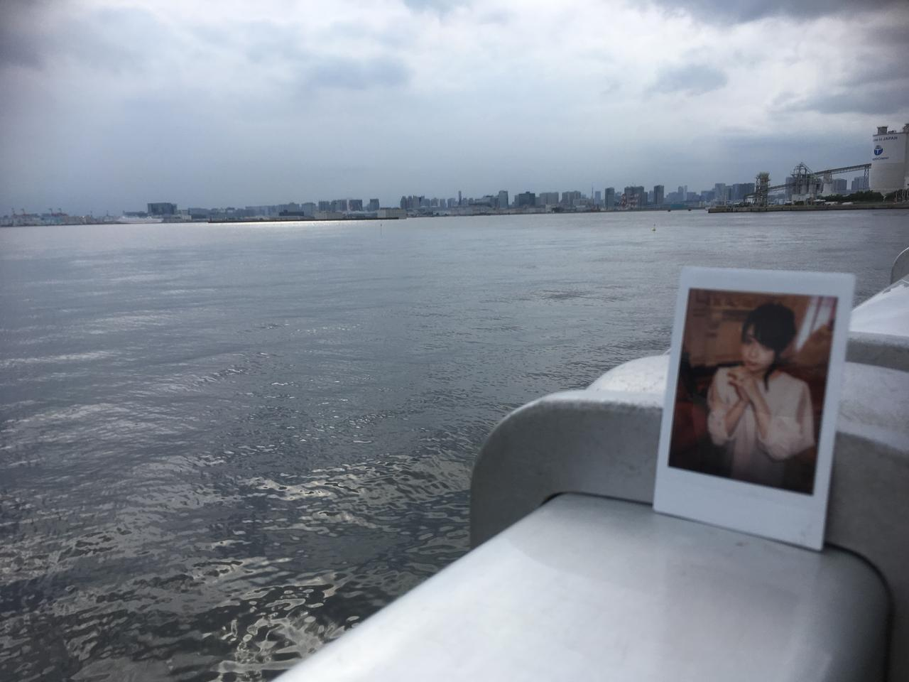 画像: 筆者撮影 ※海釣り施設から北西方向対岸を望む風景と妖精きゃなちゃん