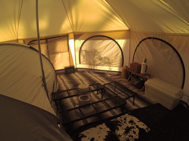 画像: ケシュアのテントをカンガルースタイルでインしてもリビングスペースが広々。(画像:筆者撮影)