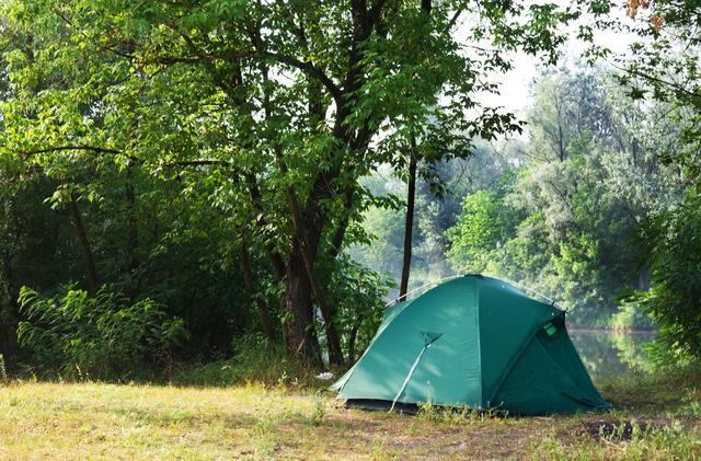 画像: テントを早く片付けるためには「朝起きたら干す」ことが大事 特にテントの底面をしっかり乾燥させよう