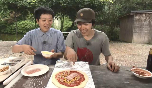 画像: 今回のロケでも手作りピザにチャレンジ! デルサタ2019年7月20日放送動画より