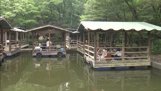 画像: アウトドア・ベース 犬山キャンプ場 水上デッキ デルサタ2019年7月20日放送場面より