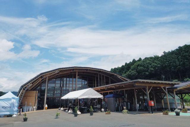 画像: 編集部撮影・木造の特徴的な形をした建物です