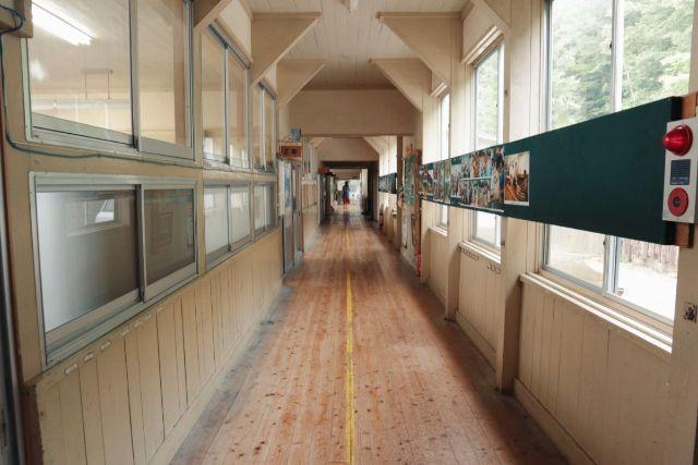画像: 編集部撮影・なつかしい感じがする小学校の廊下
